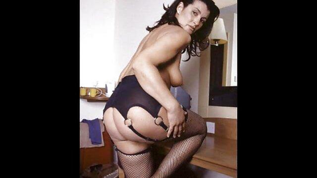 Une fille aux gros seins et vidéo film porno un tatouage sur le dos a donné un mulâtre
