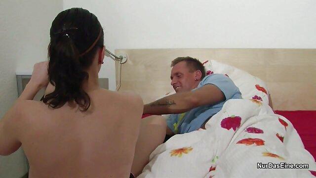 Le beau gosse tire activement sur la vidèo porno passionnée Elena