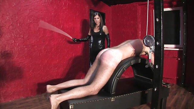 Un homme baise deux vidéo film porno filles dans le cul et jouit dans leur bouche