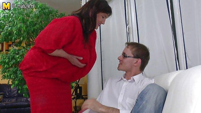Deux femmes video porno adulte aux gros seins baisent avec un jeune programmeur au bureau
