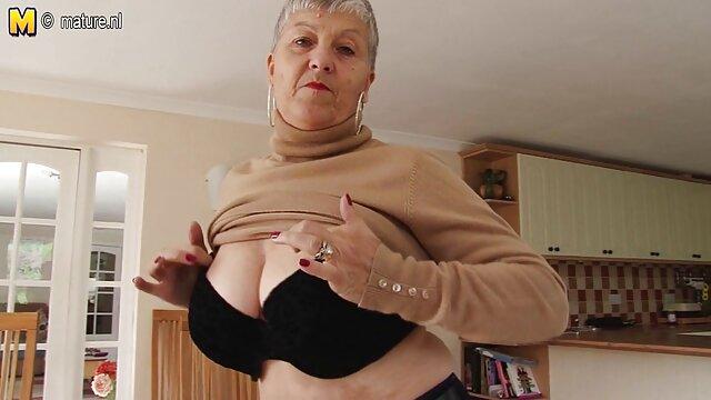Blonde aux gros seins s'est donnée vidèo porno à son mec chauve et pompé