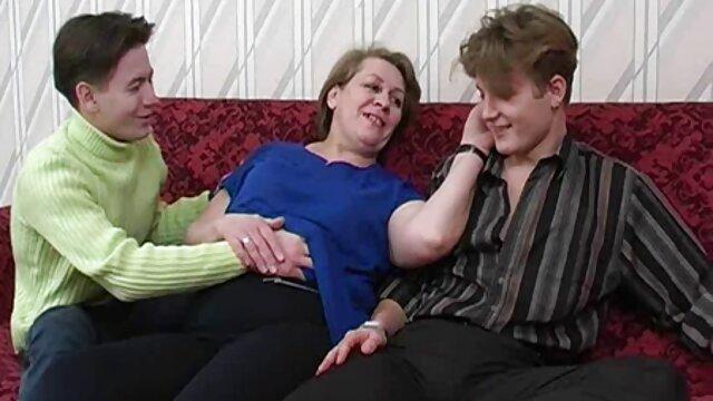 Des blondes aux gros seins dépravées sucent et donnent un étalon video x adultes dans le cul serré