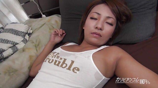 Une Allemande aux cheveux courts a caressé son bonnet video porno entre frere et soeur chauve