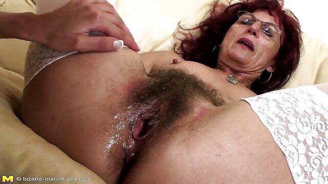 Une femme baise video porno 70 dans l'anus, après avoir préalablement enduit le corps d'huile