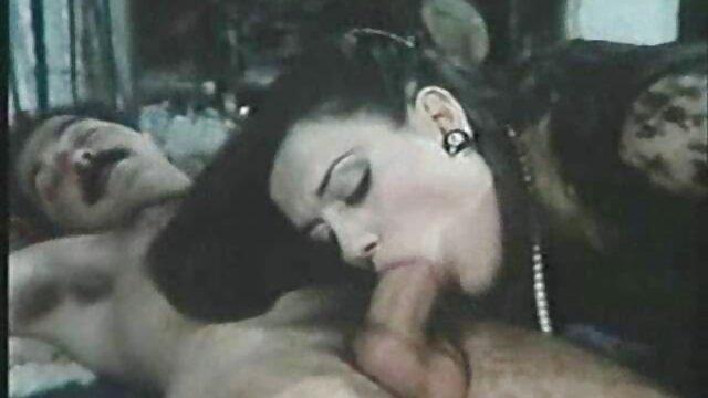 Jolie porno video dingue femme en corset baise habilement avec son amant