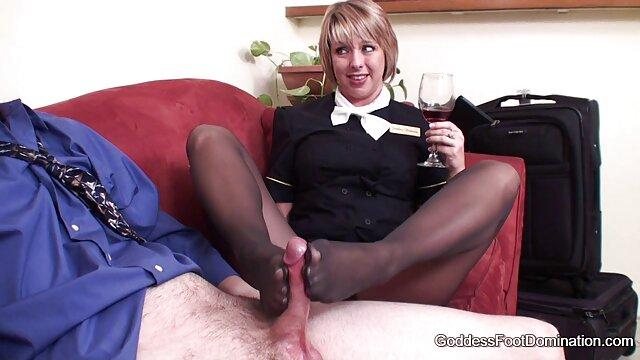 Jolie femme en talons hauts vidèo porno joue avec un vibromasseur et la bite d'un amant