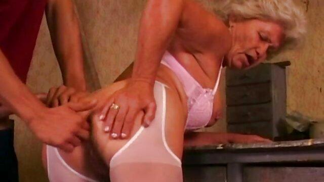 Une jeune fille montre une végétation dense sur son corps et se video porno francai masturbe