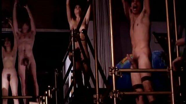 Une fille nue ignore la caméra cachée dans la video gay gratuit chambre
