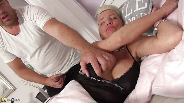 La salope a accepté vid2o porno de baiser avec un inconnu sur le canapé