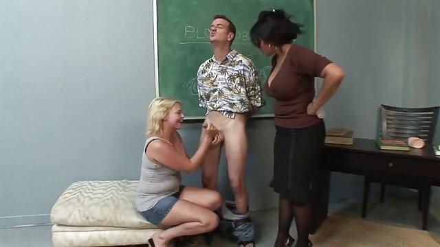 Deborah a video cochonne gratuite sucé l'entraîneur dans le vestiaire