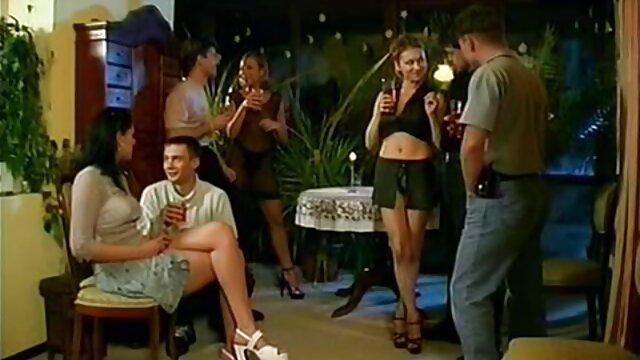 Employé film porno xxx video de bureau au corps tatoué séduit le patron