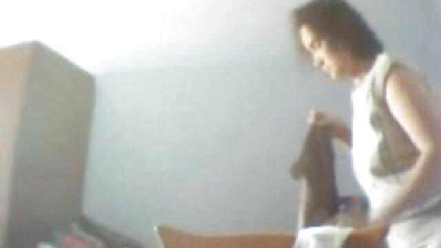 Poussin video film erotique fait une pipe à un monstre en perruque rose