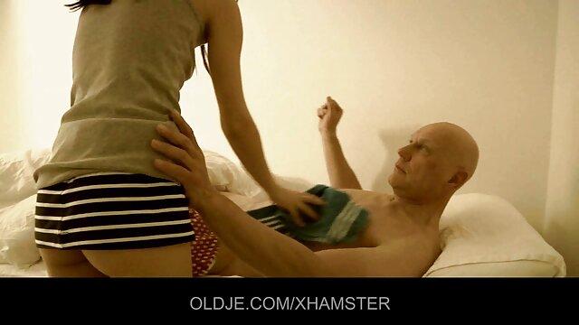 Une femme âgée est excitée par le video porno sport sexe en noir et blanc et se termine violemment