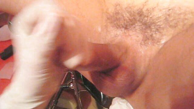 Blonde aux seins films pornographiques vidéos plats sautant sur le phallus