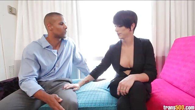 Le mec a attaché les mains de la brune et la frappe de bon cœur vidéo pornogratuit