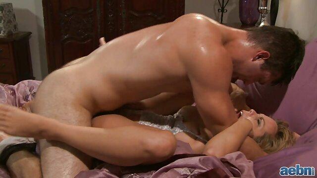 MILF aux gros seins video film erotique prend le visage de son amant