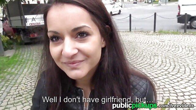 Une femme video xxx 18 ans hurle sauvagement pendant le sexe anal de rue